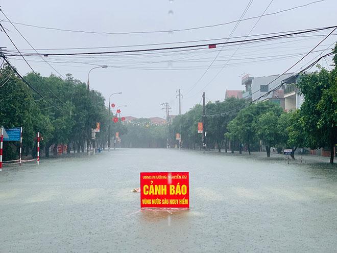 Mưa trắng trời, TP.Vinh và TP.Hà Tĩnh ngập khủng khiếp, có nơi nước gần tới mái nhà - 5