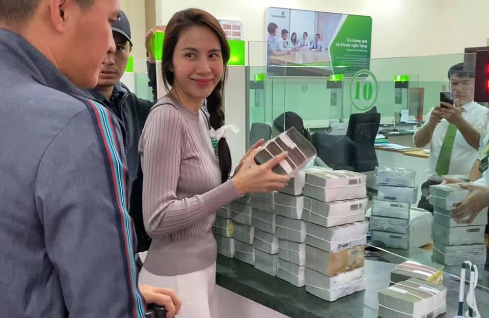 Thủy Tiên lên tiếng vụ cán bộ thôn thu lại 400 triệu đồng cứu trợ, làm rõ chuyện bà con chê bánh chưng - 1