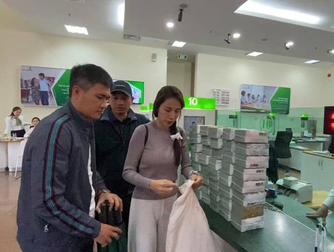 Trong những ngày qua, vợ chồng Thủy Tiên - Công Vinh tiếp tục đi trao tiền cho bà con vùng chịu thiệt hại sau lũ ở miền Trung.
