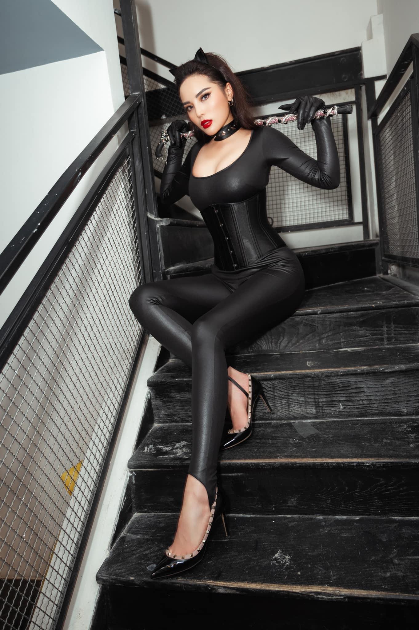 Kỳ Duyên hoá miêu nữ với vòng 1 căng đầy, mặc đồ da ôm sát hút mọi ánh nhìn - 1