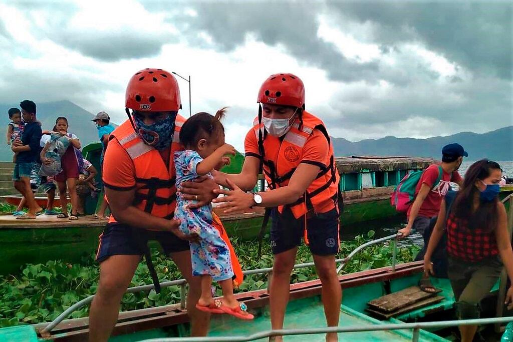 Siêu bão Goni đổ bộ Philippines: Sức giật khủng khiếp, 1 triệu người lánh nạn khẩn cấp - 1