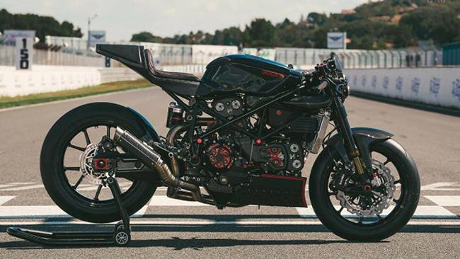 Freerides Motos đã hoàn thành việc độ chiếc Ducati 999 với màu đen ánh kim loại ngọc trai đan xen một số chi tiết màu đỏ theo phong cách cafe race