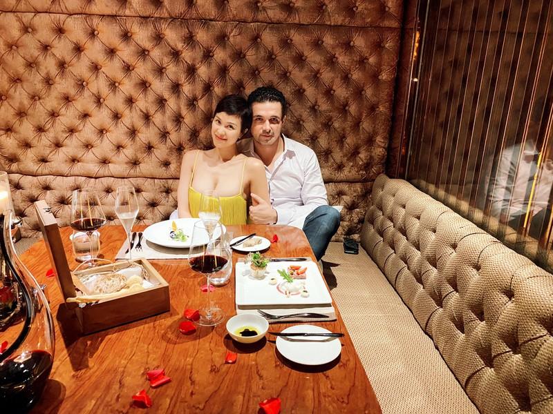 Nữ MC Việt lấy chồng người Ba Lan phô thềm ngực gợi cảm trên du thuyền sang chảnh - 1