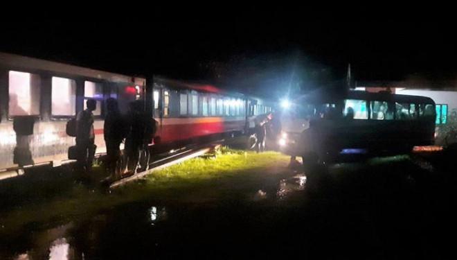 Chuyện chưa kể trên những chuyến tàu xuyên mưa lũ - 1