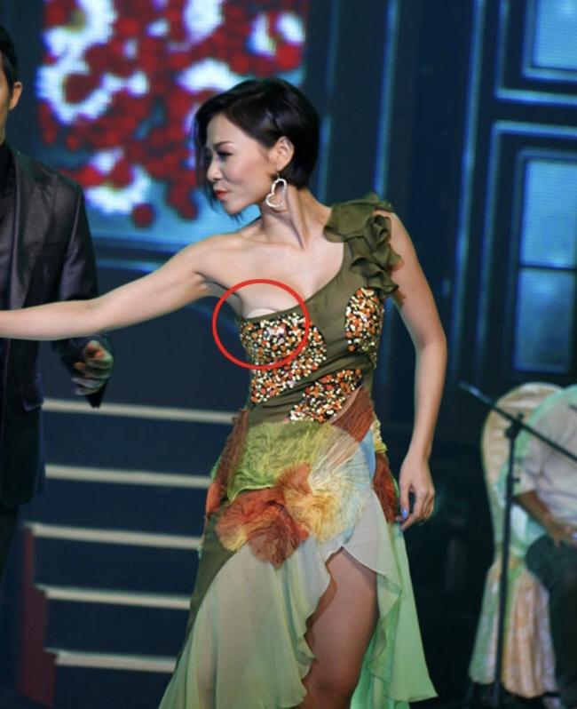 """Quá """"sung"""" trong phần biểu diễn của mình,Thu Minh rơi vào tình huống """"kém duyên""""."""