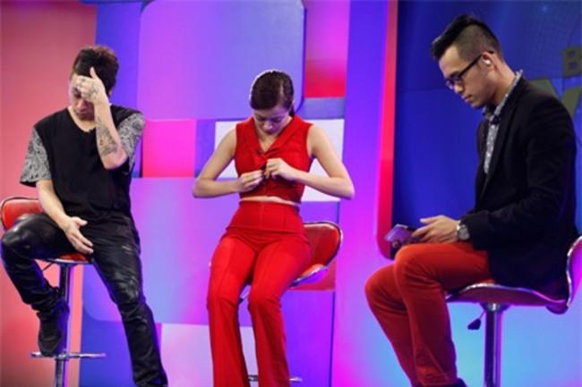 Hoàng Thùy Linh bất ngờ bị bung cúc áo trong một chương trình. Người đẹp chỉnh lại trang phục trong vẻ mặt ngượng ngùng của hai đồng nghiệp nam.