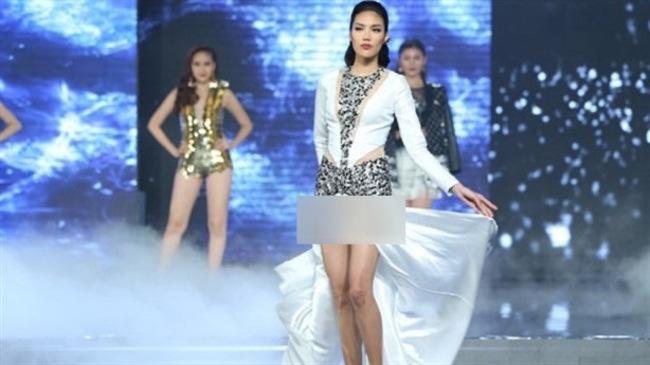 Trong đêm chung kết 'The Face 2016', Lan Khuê vô tình lộ nội y do chiếc váy xẻ quá cao. Siêumẫu sau đó đã gửi lời xin lỗi đến khán giả.