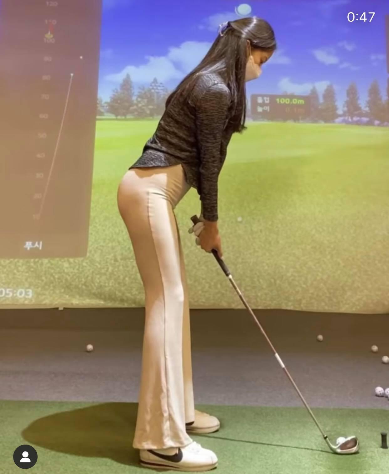 Mặc quần bó chẽn nude đi chơi golf, cô gái này vô duyên hay gợi cảm? - 1