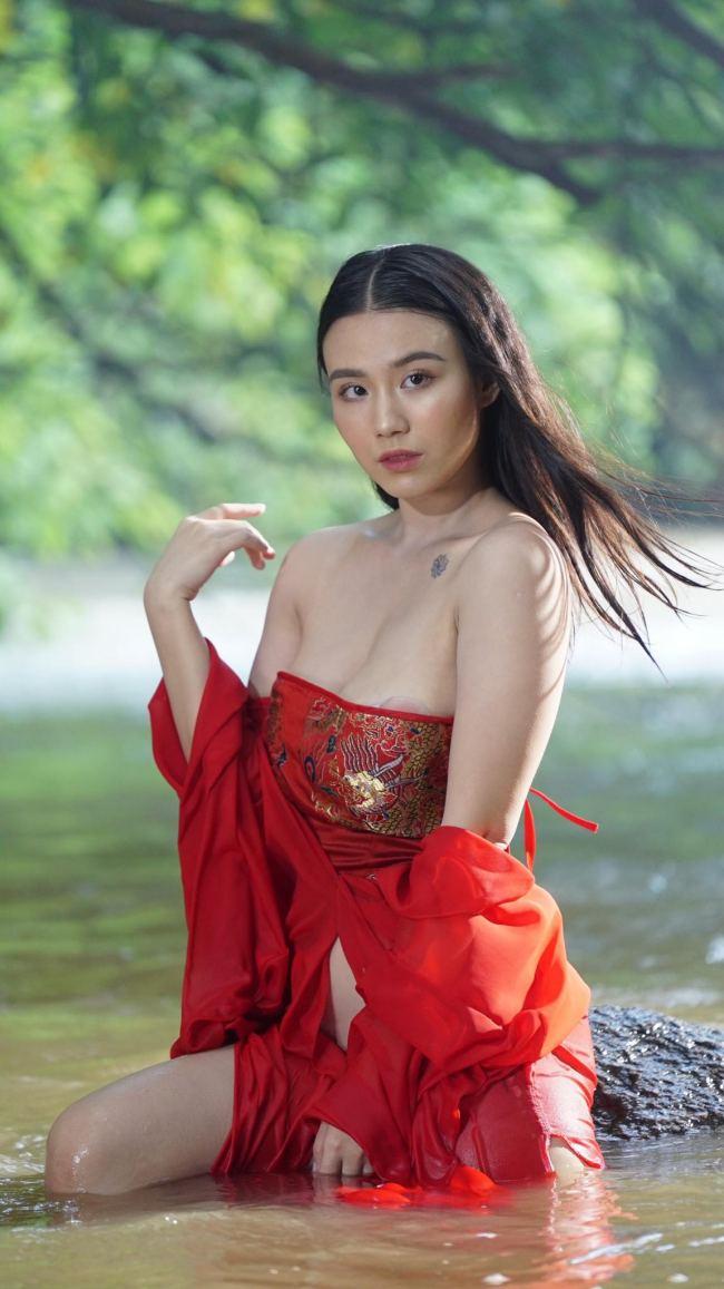 Linh Miu gây ấn tượng mạnh với hình xăm lớn, nhỏ trên cơ thể nuột nà.
