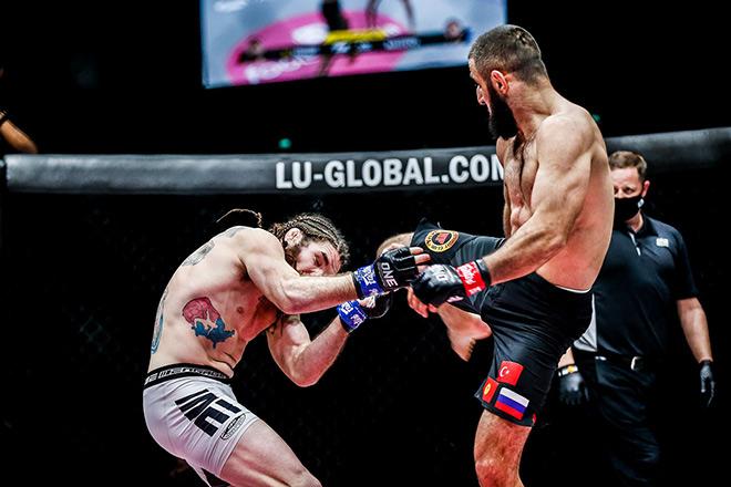 """""""Vua tính điểm"""" MMA bị đối thủ lên gối cực hiểm, hụt đai thế giới - 1"""