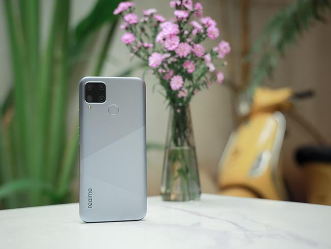 Realme C15 sở hữu thiết kế bằng nhựa với các góc cạnh bo tròn.Mặt lưng máy còn có thêmcảm biến vân tay.