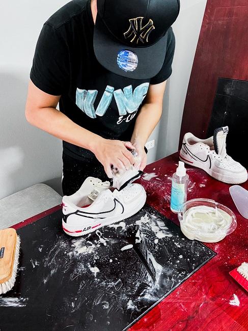Chàng trai 22 tuổi thu hàng trăm triệu đồng mỗi tháng từ nghề vệ sinh giày bẩn - 1