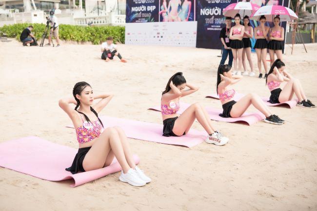 Thí sinh hoa hậu Việt Nam mặc váy siêu ngắn chống đẩy - 1