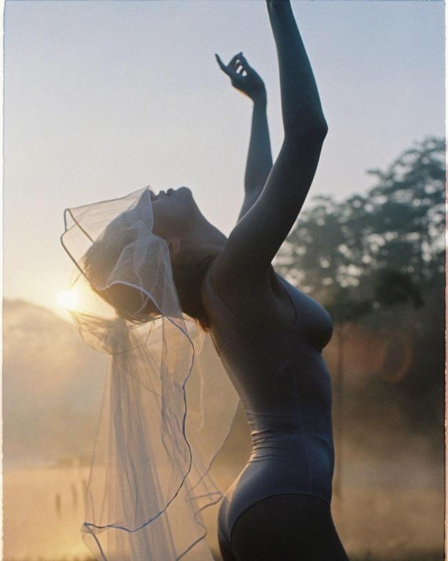 'Khicô gái trút bỏ chiếc váy cưới lộng lẫy thì bên trong cũng chỉ là bộ đồ lót đơn giản bình dị, cũng giống như ở mộtthời điểm nào đó, rời bỏ xô bồ để trở về với bình yên' - cô chia sẻ