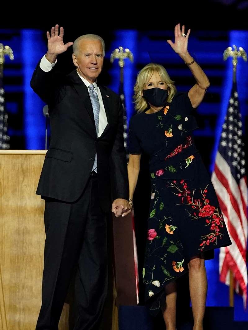 """Váy 132 triệu đồng bán """"đắt như tôm tươi"""" nhờ vợ ông Joe Bill - 1"""