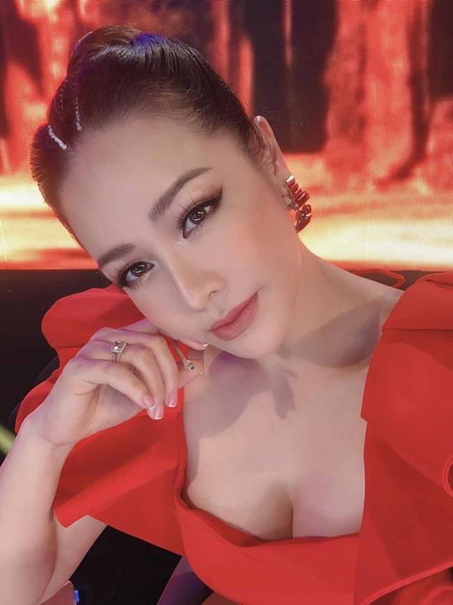 Nhật Kim Anh là diễn viên, ca sĩ nổi tiếng. Hai năm gần đây, người đẹp quê Thanh Hóa được biết đến nhiều hơn với vai Thị Bình phim Tiếng sét trong mưa và hiện tại là vai bà Dung trong Vua bánh mì phiên bản Việt. Ngoài vai trò diễn viên, Nhật Kim Anh còn là một nghệ sĩ kinh doanh nghề tay trái rất thành công.