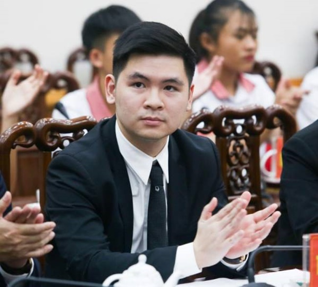 Đỗ Vinh Quang - con trai bầu Hiển hiện đảm nhận chức vụ chủ tịch CLB Hà Nội. Xét về công việc, thiếu gia này là sếp của Quang Hải, Duy Mạnh, Văn Hậu và các đồng đội.