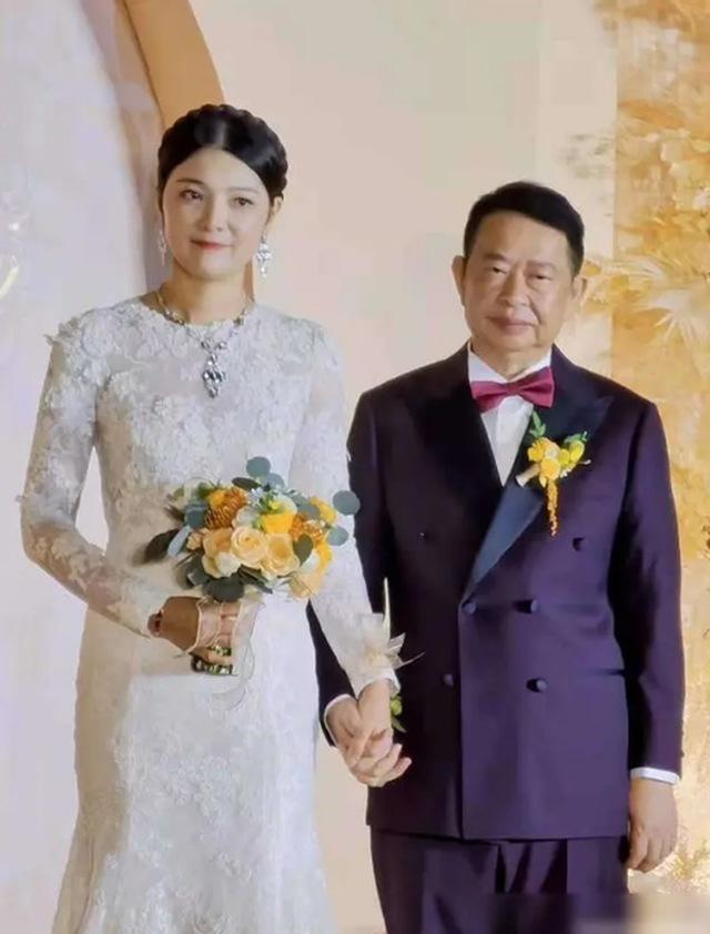 """Chú rể 63 cưới cô dâu 38 xinh như hoa hậu, biết danh tính chú rể ai cũng """"choáng"""" - 1"""