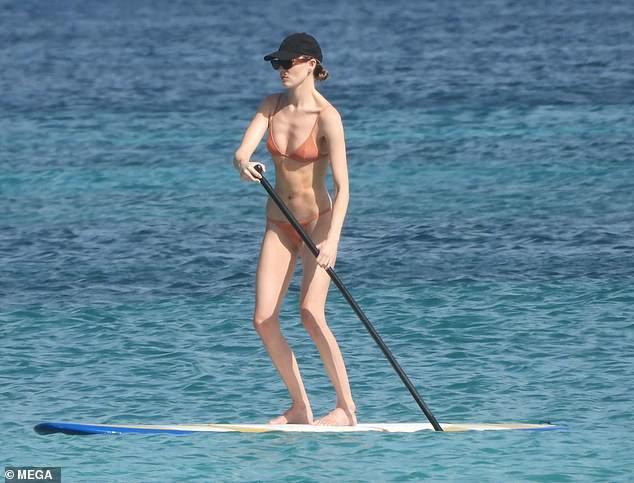 Mặc bikini siêu bé, siêu mẫu Victoria's Secret gây tranh cãi với thân hình 'trơ xương' - 1