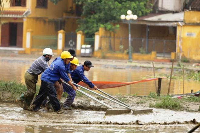 Trăm người căng sức dọn bùn ở phố cổ Hội An sau mưa lũ - 1