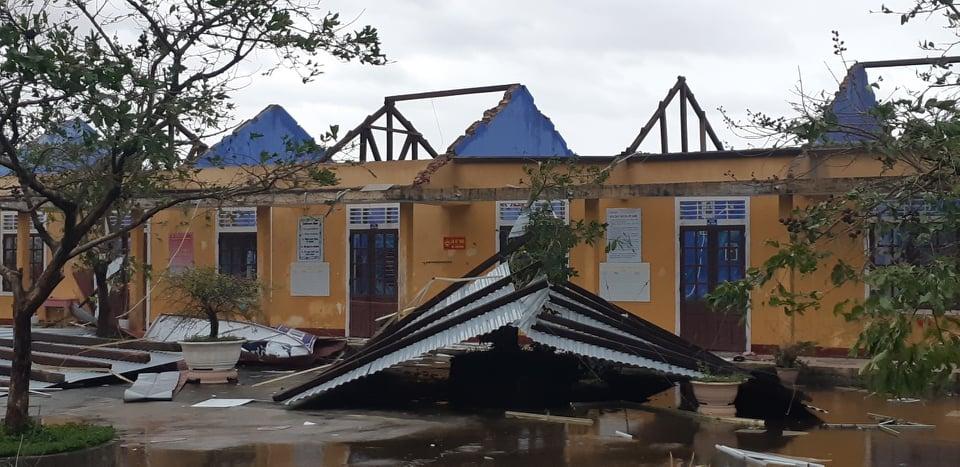 Bão số 13 đổ bộ miền Trung khiến 18 người bị thương, hàng ngàn ngôi nhà hư hỏng - 1