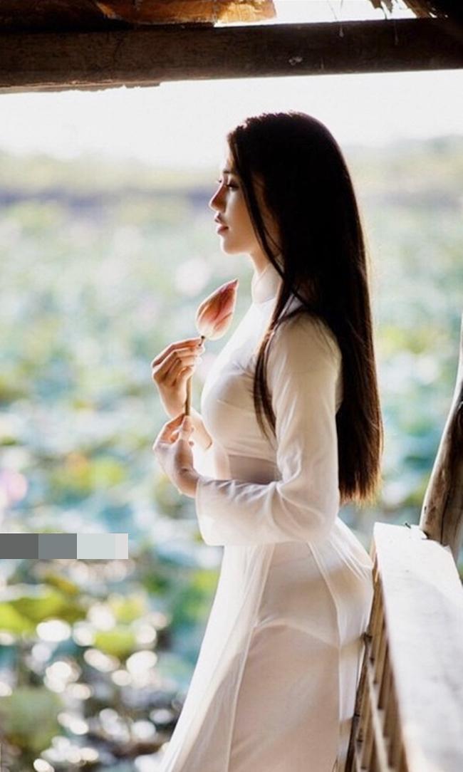 Áo dàilà trang phục giúp thể hiện vóc dáng đẹp của phụ nữ một cách khéo léo, những biếntướng vượt quá giới hạn là khó chấp nhận.