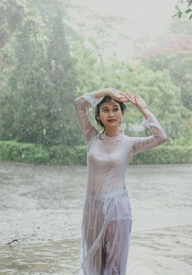 Không chỉ vậy, có người còn chụp ảnh với áo dài mỏng ướt nước, trang phục dính chặt khiến không ít người nhìn ngượng ngùng.
