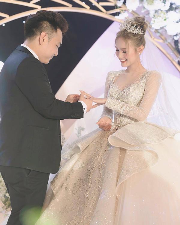 Hot girl 18 tuổi diện váy cưới 28 tỷ gây chú ý sau đám cưới hoành tráng với streamer giàu nhất Việt Nam - 1