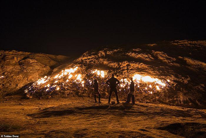 Sườn núi rực cháy không tắt, người dân địa phương tranh thủ nấu nướng luôn tại chỗ - 1