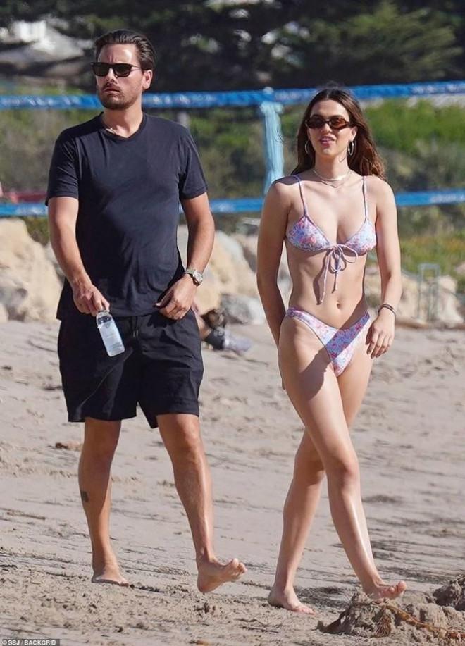 Tình mới 19 tuổi của 'trai hư' Scott Disick mặc bikini xẻ hông cao táo bạo - 1