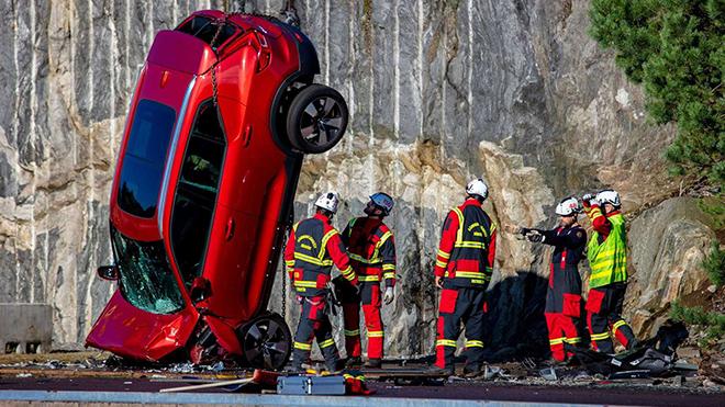 """Volvo """"chơi lớn"""" thả rơi các dòng xe từ độ cao 30m để thử nghiệm an toàn - 1"""