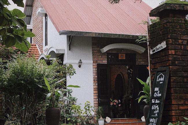 Chủ nhân ngôi nhà là Lê Thị Thanh Nhàn, sinh năm 1993 tại Huế. Năm 2018, Nhàn thuê lại ngôi nhà cũ trên đồi Lê Ngô Cát (Thủy Xuân, Thừa Thiên Huế), và bắt tay vào sửa sang lại. Cô đã biến nơi đây thành nơi chở che cho những em bé có hoàn cảnh kém may mắn.