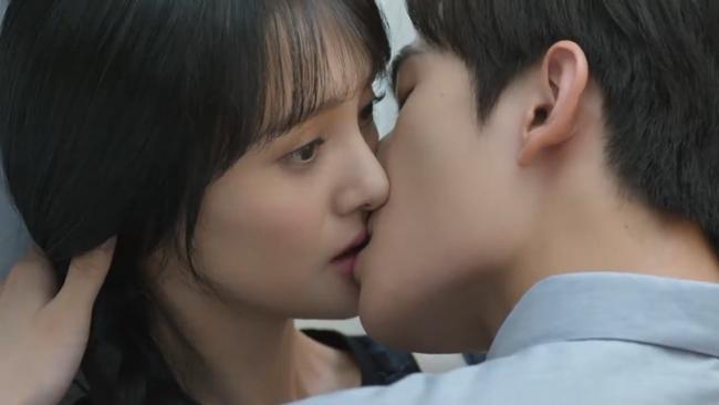 Khi diễn cảnh hôn với Dương Dương trong Yêu em từ cái nhìn đầu tiên, thay vì thể hiện cảm xúc ngọt ngào, Trịnh Sảng lại có gương mặt đơ, mắt trợn tròn.
