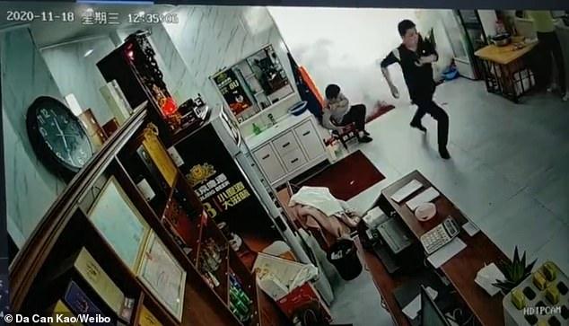Video: Thấy khói phun từ bếp, nhiều người chạy lại xem thì hứng trọn vụ nổ - 1