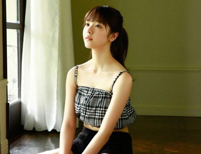 Karata Erika bị phát hiện vụ qua lại với tài tử có vợ khi cô mới 19 tuổi. Đó là lứa tuổi vị thành niên tại Nhật Bản.