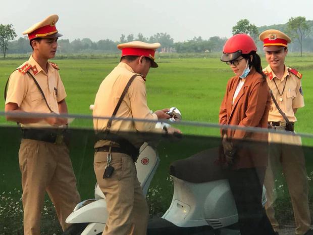 Bị xử lý vi phạm giao thông, hơn 1 năm sau cô gái cưới luôn anh cảnh sát - 1