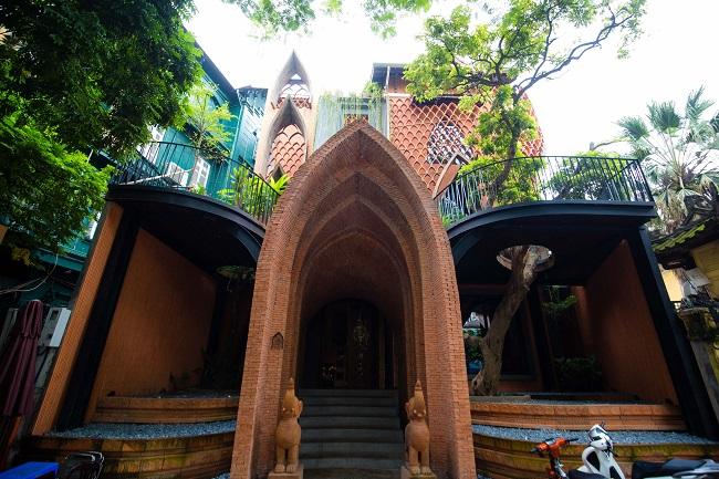Cổng chào mô phỏng mô típ cổng vào của những ngôi đền đặc trưng của người Chăm. Tạo hình mái chóp là một phần cách điệu nhỏ của cánh hoa sen có chiều cao 4,5m.