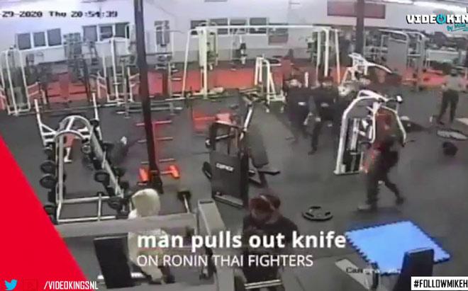 """Cầm dao vào """"lò"""" Muay Thái hỗn chiến bị dàn võ sĩ đánh """"thân tàn ma dại"""" - 1"""