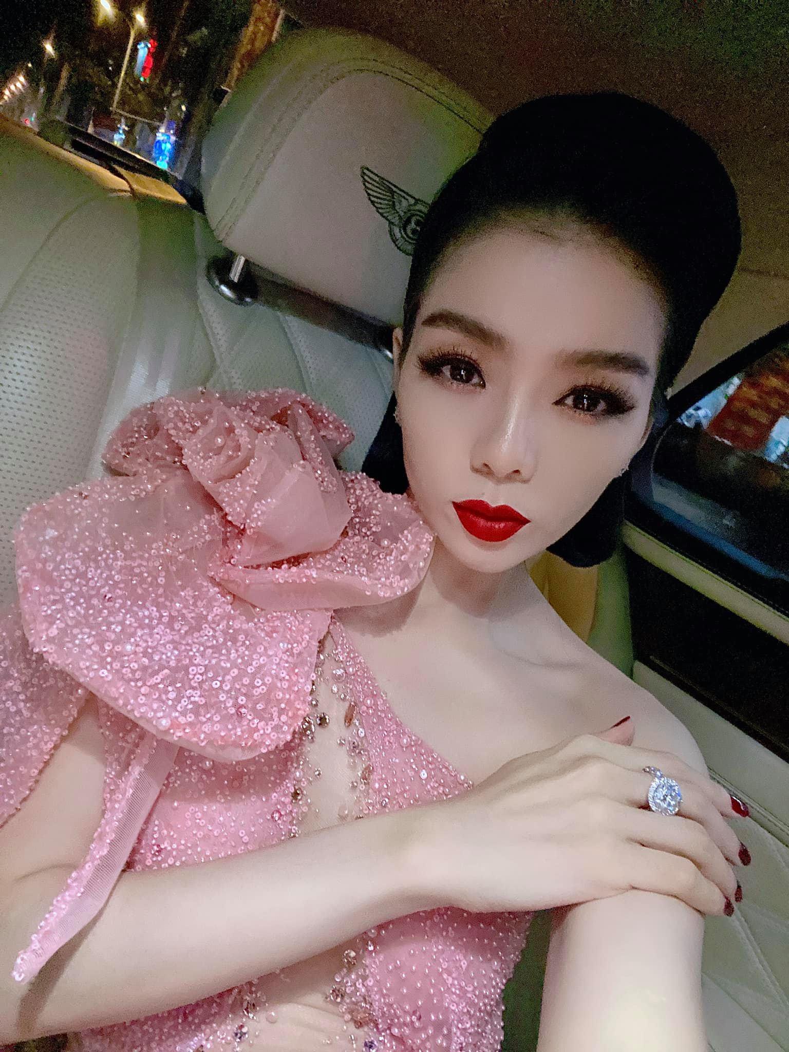 """Lệ Quyên và chồng cũ """"kẻ trước, người sau"""" trên thảm đỏ CK Hoa hậu Việt Nam 2020 - 1"""
