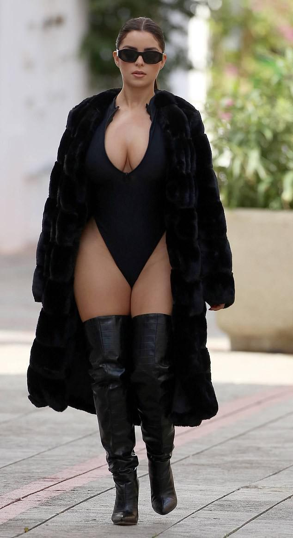 'Nữ hoàng nội y' nước Anh mặc bodysuit khoe 3 vòng 'phồn thực' - 1