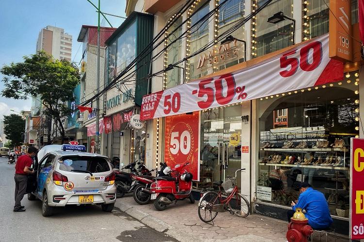Trung tâm thương mại giảm giá sập sàn, người dân chen nhau mua sắm nghẹt thở - 1