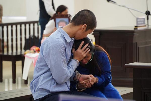 Cha dượng và mẹ đánh chết con gái 3 tuổi: Bước chân lạc lối và phiên tòa đẫm nước mắt - 23