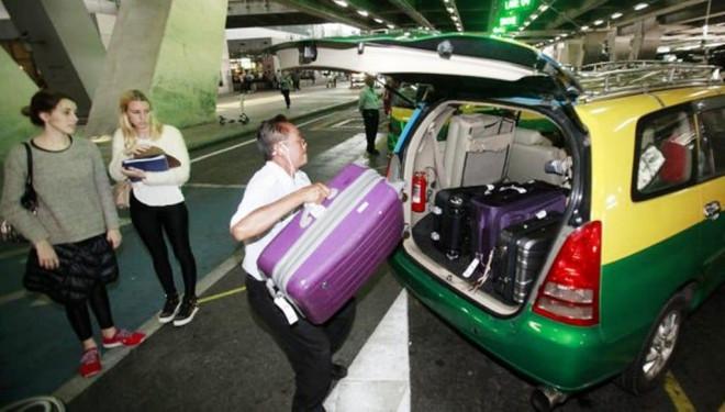 Khách du lịch khi đi taxi ở Bangkok từ nay sẽ phải trả thêm tiền cho cả hành lý - 1