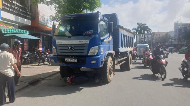 Vụ cô gái dừng đèn đỏ bị xe tải tông tử vong: Tài xế khai chạy nhanh để được nhiều chuyến hàng - 1