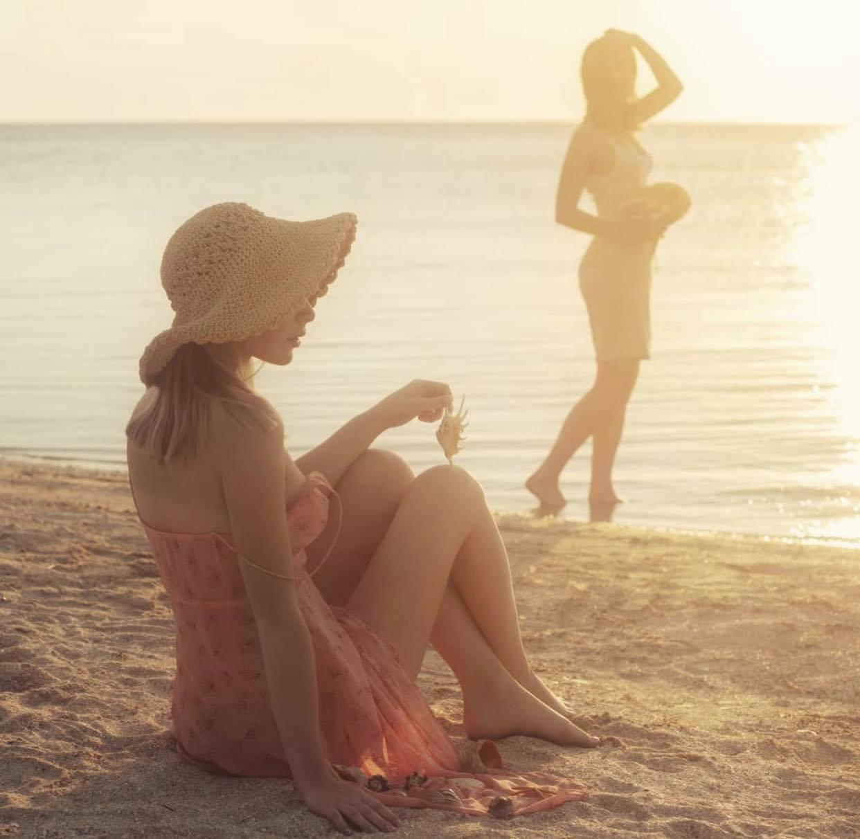 """2 thiếu nữ """"thả vòng 1 bên bờ biển"""" gây thương nhớ trong bộ ảnh """"Người đi nhặt vỏ sò"""" - 1"""