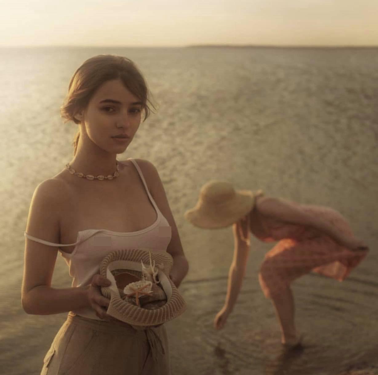 """2 thiếu nữ """"thả vòng 1 bên bờ biển"""" gây thương nhớ trong bộ ảnh """"Người đi nhặt vỏ sò"""" - 4"""