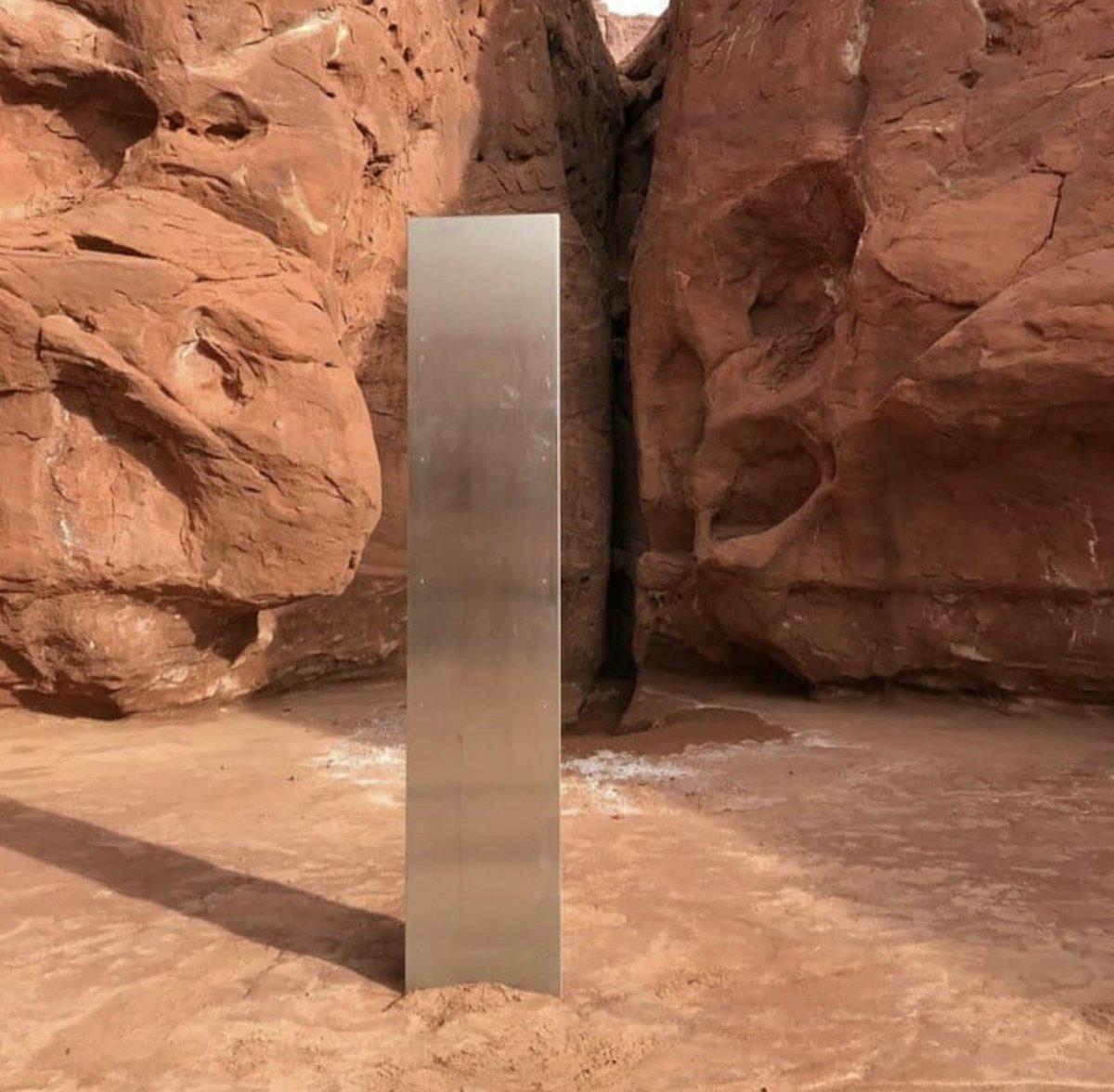 Người ngoài hành tinh cắm cây cột kim loại bí ẩn giữa sa mạc Mỹ? - 1