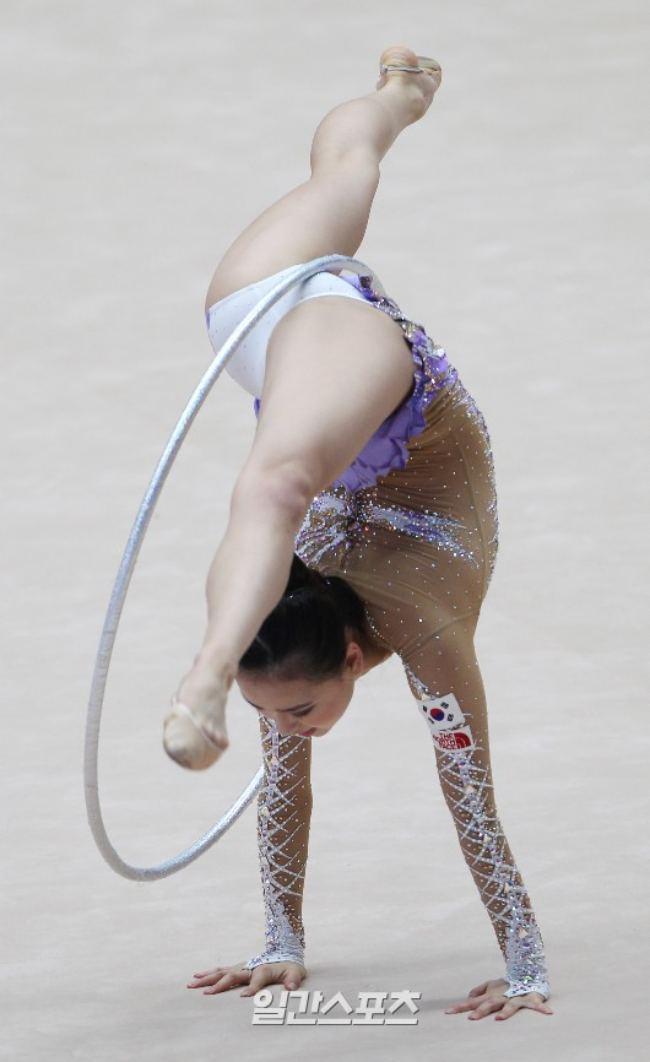 Thế nhưng, trang phục thi đấu của bộ môn này bắt buộc phải cực ngắn và ôm sát để hạn chế chấn thương và giúp người thi đấu thể hiện phong độ tốt nhất.