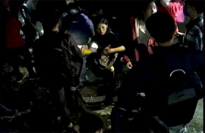 27 học sinh bị lạc khi đi dã ngoại: Thầy giáo chỉ là người mang nước lên giúp - 1