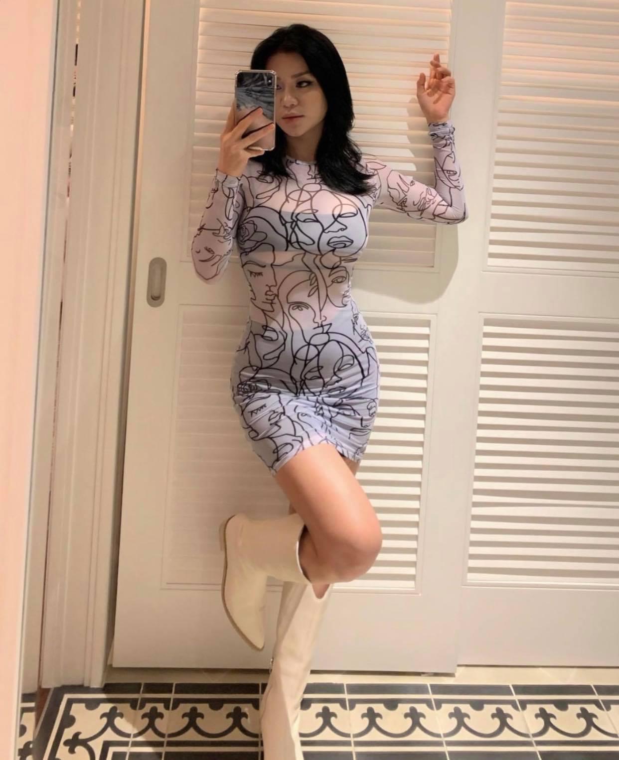 """Cô gái Việt bị xì xào vì mặc mốt hở chân ngực ra phố: """"Nói phản cảm mình chịu thua"""" - 8"""